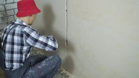 Plâtrage du processus au site de rénovation de maison avec l'espace libre banque de vidéos