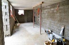 Plâtrant, reconstruisant, sous-sol de imperméabilisation ou un cave et un W photos libres de droits