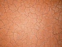 Plâtre criqué rouge. Image stock
