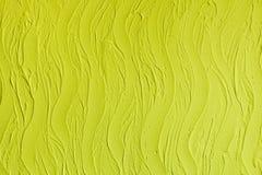 Plâtre décoratif. Texture de stuc de mur. Dans des vagues de style, couleur jaune citron. photos stock