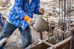 Plâtre de mélange de mortier de ciment de travailleur image libre de droits