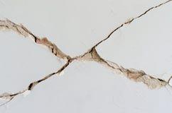 Plâtre dissous par brique de mur de dommages images stock