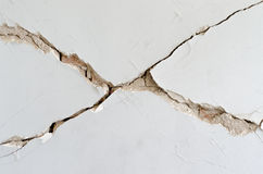 Plâtre dissous par brique de mur de dommages image libre de droits