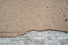Plâtre et brique criqués images stock