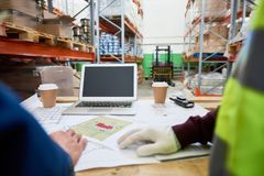 Pläne am Arbeitskraft-Tisch stockfotografie