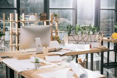 Pläne, Dokumente und Computer am Arbeitsplatz im Architekten Stockbild