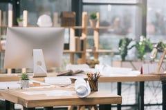 Pläne, Dokumente und Computer am Arbeitsplatz im modernen Architekten Lizenzfreie Stockfotos