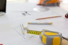 Pläne, Hardhat, Gläser, Aufkleber, Bauniveau, Stift im Büro Lizenzfreies Stockfoto