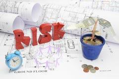 Pläne, Risiko, Zeit, Arbeitskräfte und Geld im Bau Pro Stockbild
