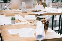 Pläne und Dokumente auf Tabelle im modernen Architekten Lizenzfreie Stockfotos