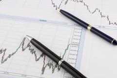 Pläne und gold-blaue und Silber-schwarze Stifte auf einem weißen Hintergrund, Geschäftskonzept lizenzfreies stockbild