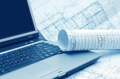 Pläne und Laptop Lizenzfreie Stockbilder