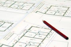 Pläne und roter Bleistift Lizenzfreie Stockfotografie