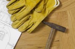 Pläne und Werkzeuge auf einem Bretterboden Stockfotos