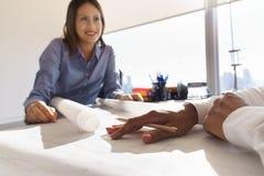Pläne und Wohnungsprojekte auf Tabelle von weiblichen Architekten Stockfoto