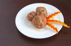 Plätera av meatballs på bordlägga royaltyfri foto