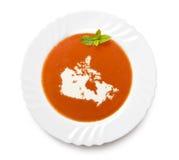 Plätera tomatsoppa med kräm i formen av Kanada (serie) arkivfoto