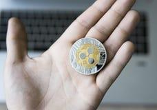 Plätschern Sie Münze auf einer Laptoptastaturnahaufnahme auf einer Bergmannhand Blockchain-Bergbau Digital-Geld und virtuelles cr Stockfoto