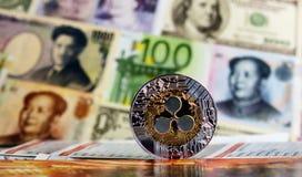Plätschern Sie Münze gegen verschiedene Banknoten auf Hintergrund Lizenzfreies Stockfoto
