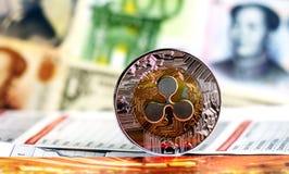 Plätschern Sie Münze gegen verschiedene Banknoten auf Hintergrund Stockfotografie