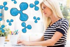 Plätschern Sie mit glücklicher junger Frau vor dem Computer Stockbild