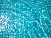 Plätschern Sie Wellenwasser im Swimmingpool mit Sonnenlichthintergrund /texture Lizenzfreie Stockfotos