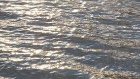 Plätschernde Oberfläche des blauen Wassers, Wasserflusshintergrund, versilbern Hintergrund stock footage