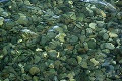 Plätschernde Steine Stockbilder