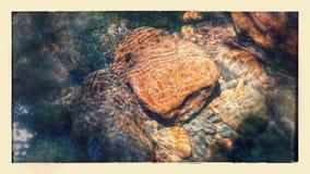 Plätschernder Felsen stockbild