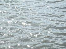 plätscherndes Wasser mit Licht Lizenzfreies Stockfoto