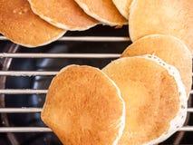 Pannkakor som isoleras på, grillar Arkivbild