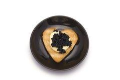 Plättchen mit Herz-förmigem Toast mit Kaviar Lizenzfreies Stockfoto