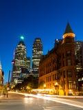 Plätteisen und im Stadtzentrum gelegenes Toronto nachts Stockbild