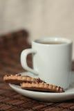 Plätzchen auf einer Platte und einem Tee Stockfotos