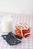Plätzchen auf einer Tabelle mit einem Glas Milch Stockbild