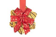 Plätzchen, das an Weihnachtsband hängt Stockbilder