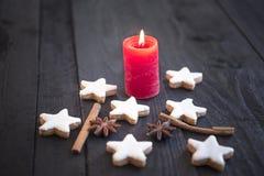Plätzchen der brennenden Kerze und des Zimts Lizenzfreies Stockbild