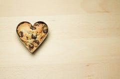 Plätzchen in der Herzform auf hölzernem Hintergrund Lizenzfreie Stockbilder