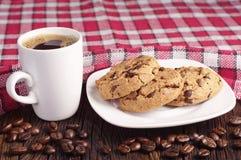 Plätzchen in der Platte und in der Kaffeetasse Stockbild
