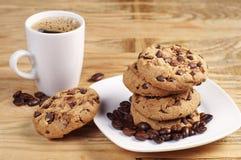 Plätzchen in der Platte und im Kaffee Lizenzfreie Stockbilder