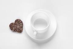 Plätzchen der Tasse und Untertasse und einer Schokoladenkokosnuß lizenzfreie stockfotografie