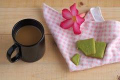 Plätzchen des grünen Tees und schwarzer Becher Kaffee Lizenzfreie Stockfotos