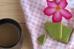 Plätzchen des grünen Tees und schwarzer Becher Kaffee Stockfotos