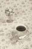 Plätzchen in einem Weidenkorb und in einer Tasse Tee Lizenzfreies Stockfoto