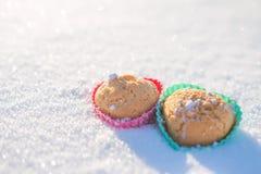 Plätzchen in Form der Herzen im Schnee Lizenzfreies Stockbild