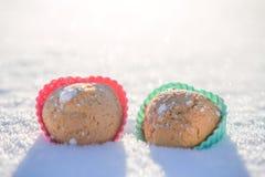 Plätzchen in Form der Herzen im Schnee Stockfoto