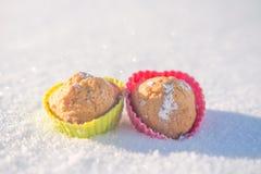 Plätzchen in Form der Herzen im Schnee Stockfotos