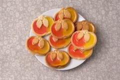 Plätzchen in Form des Apfels mit Marmelade auf einer Platte Lizenzfreies Stockfoto