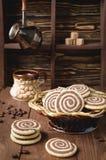 Plätzchen in Form einer Spirale auf einem Holztisch Lizenzfreie Stockfotografie
