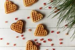Plätzchen in Form von Herzen auf einem Holztisch Lizenzfreies Stockbild